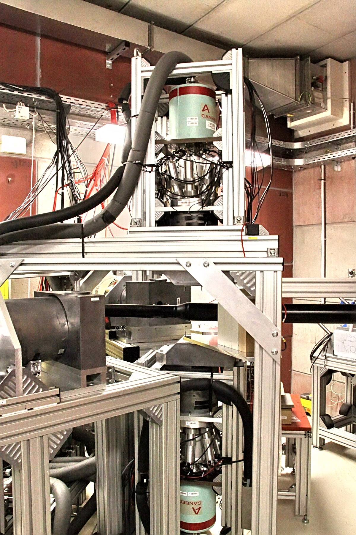 IMG_2721 The two vertical detectors (Ge; 100% efficiency) are used for Coincidence Doppler Broadening Spectroscopy (CDBS)