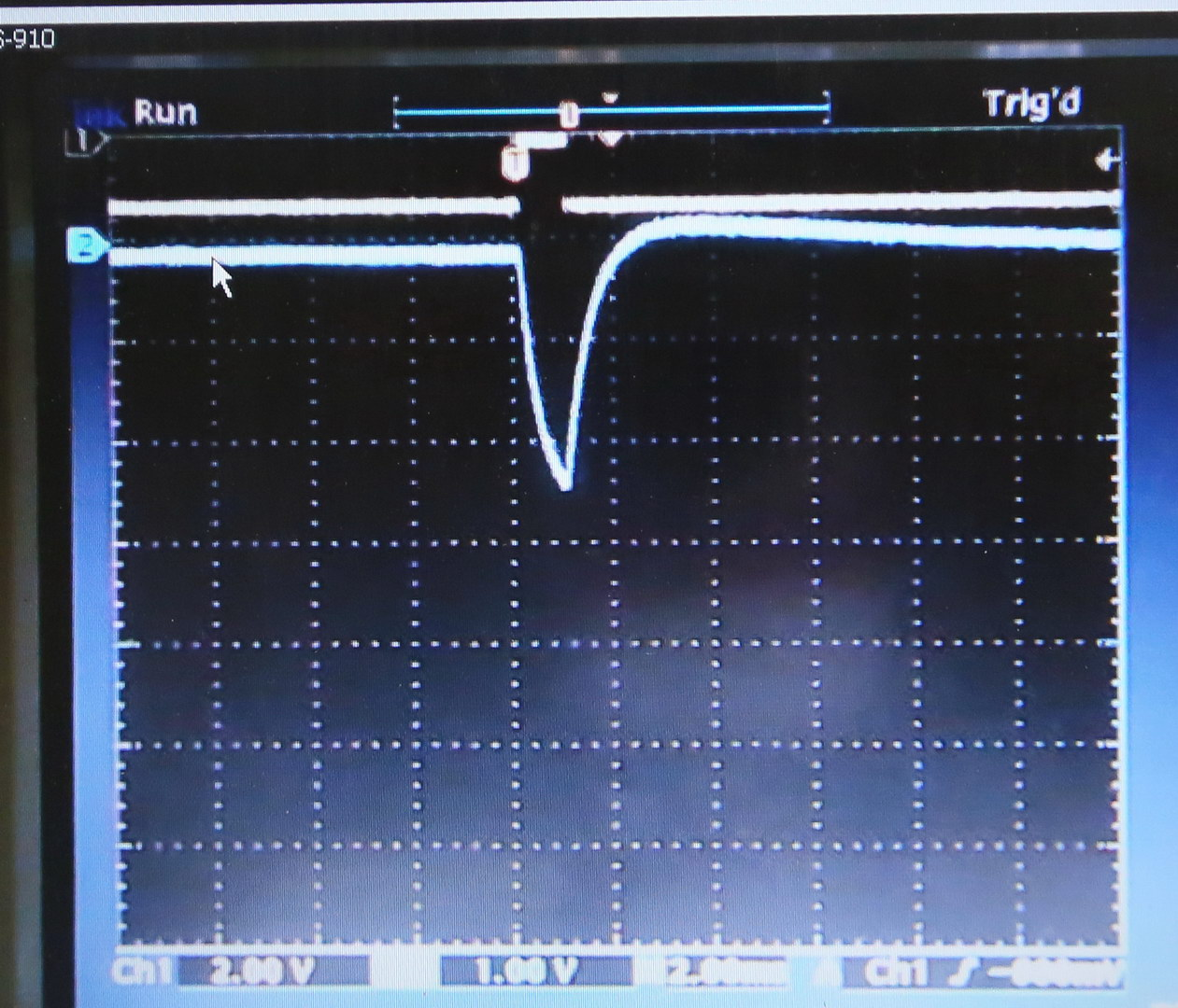 2013-02-22_52 ELBE in Macro mode (5 Hz); channel 1: machine pulse; channel 2: pulse obtained from the moderator (@ 1 MOhm); pulse height about 2.5 V